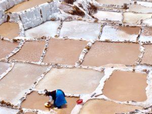 Pobladora trabajando en las Salinas; Salineras de Maras, Perú